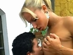 Lustful tranny n guy blow in turns